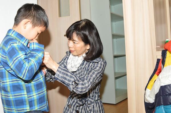 中壽總經理探訪育幼院  暖心送衣讓孩子新年願望成真
