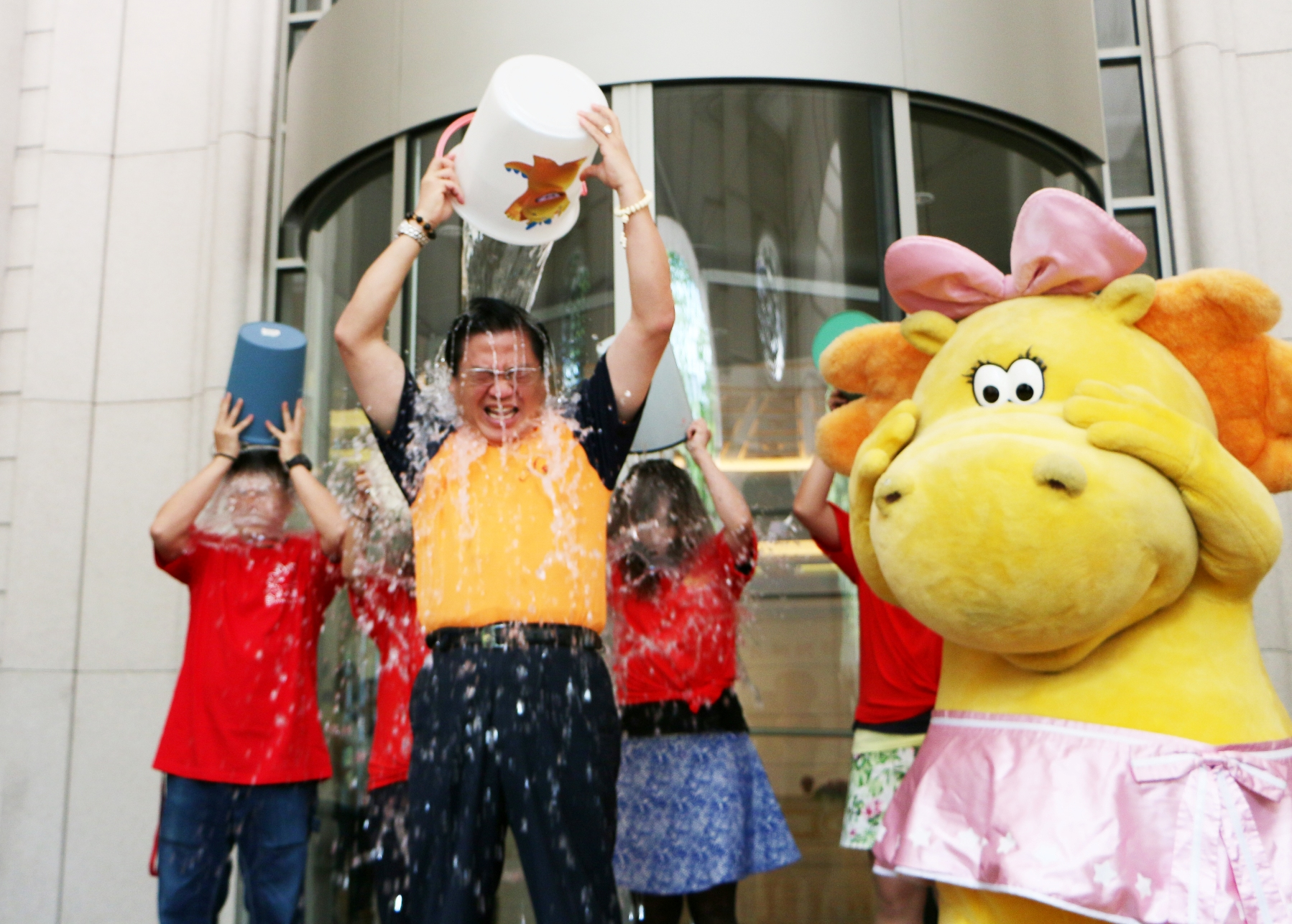 台灣人壽董事長許舒博完成冰桶挑戰 傳愛接棒